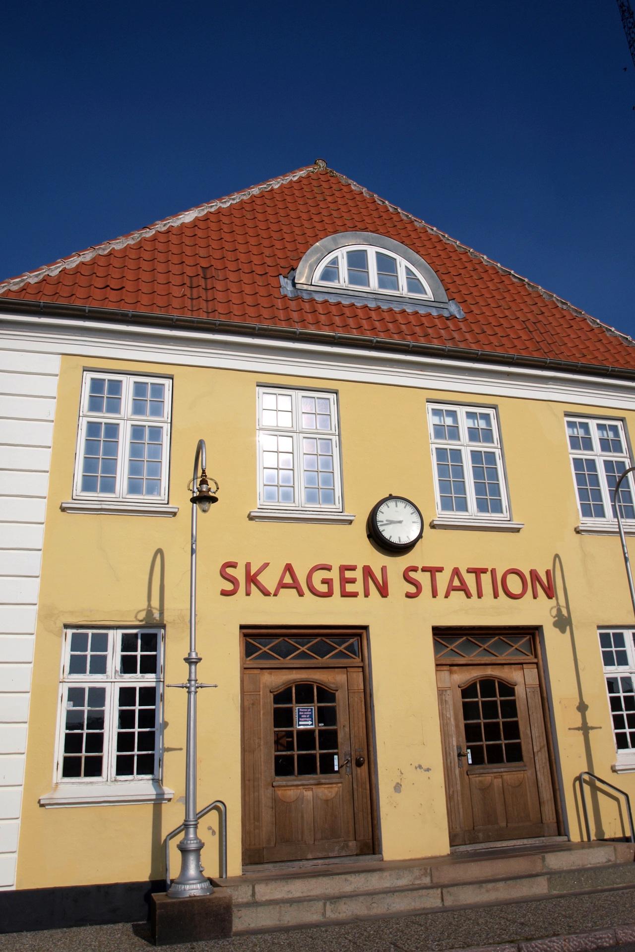 buchstabenplus in Skagen: Bahnhof