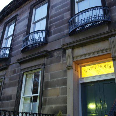 Buchstabenplus in Edinburgh